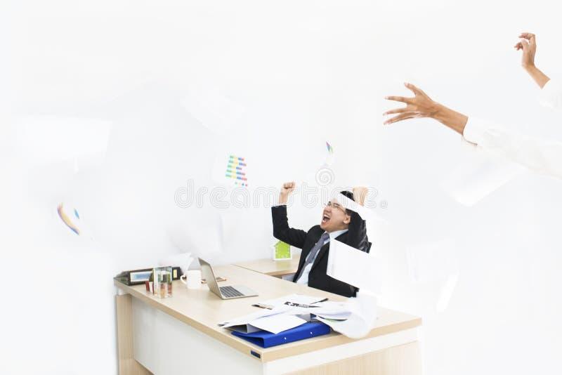 Stor jobb och framgång i affär Affärsmän med lyftta armar arkivfoto