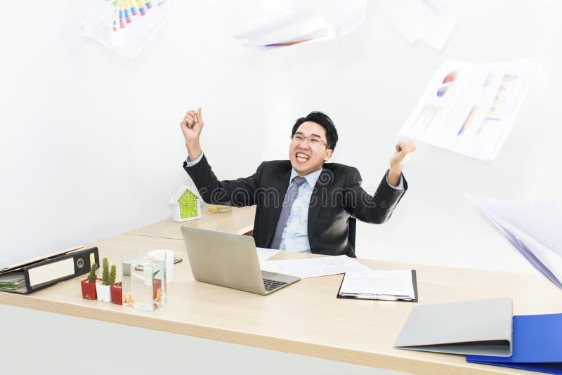 Stor jobb och framgång i affär Affärsmän med lyftta armar arkivbild