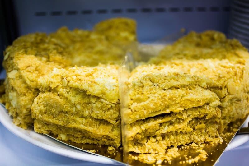 Stor kaka med guld- pulver royaltyfri foto
