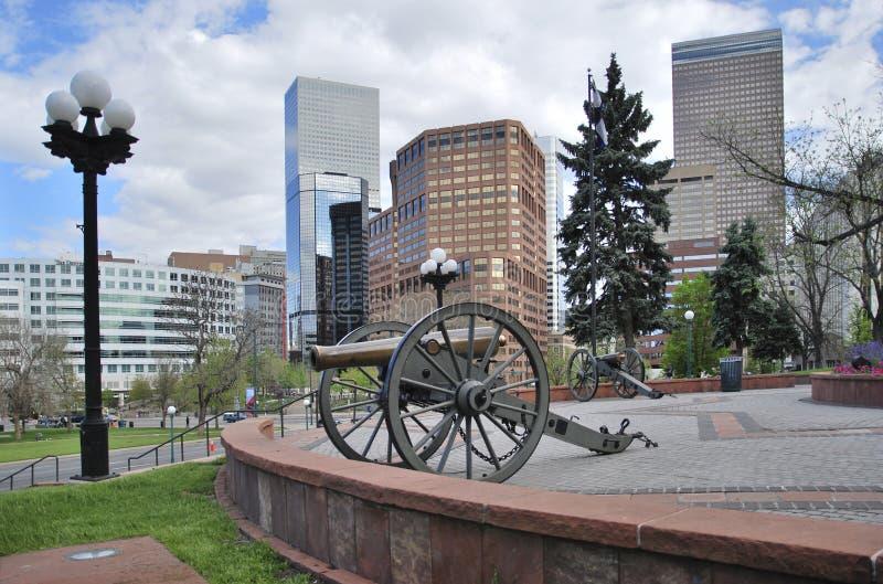 Stor kanon framme av Kapitoliumbyggnad Denver Förenta staterna royaltyfri foto