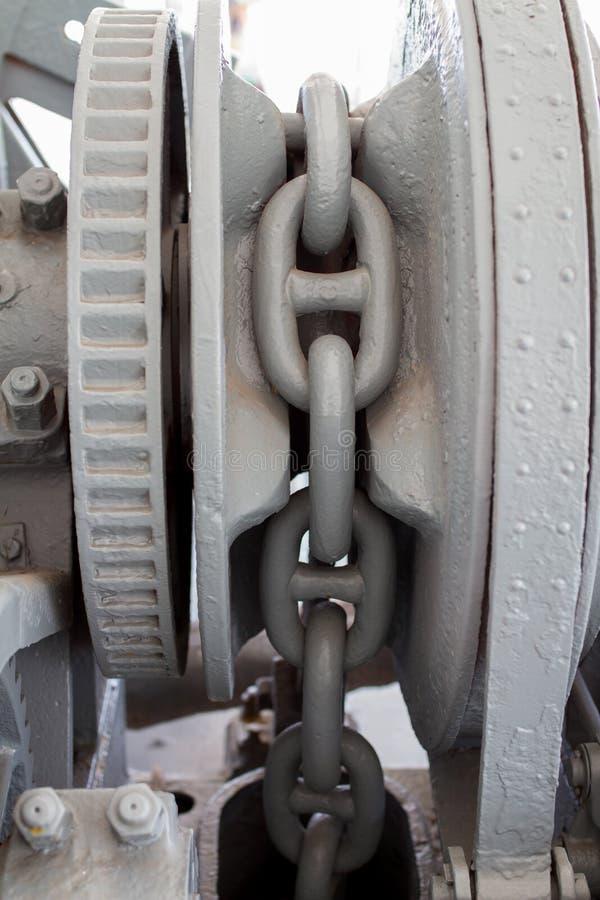 Stor kedja för grå färgmetallkugghjul arkivfoton