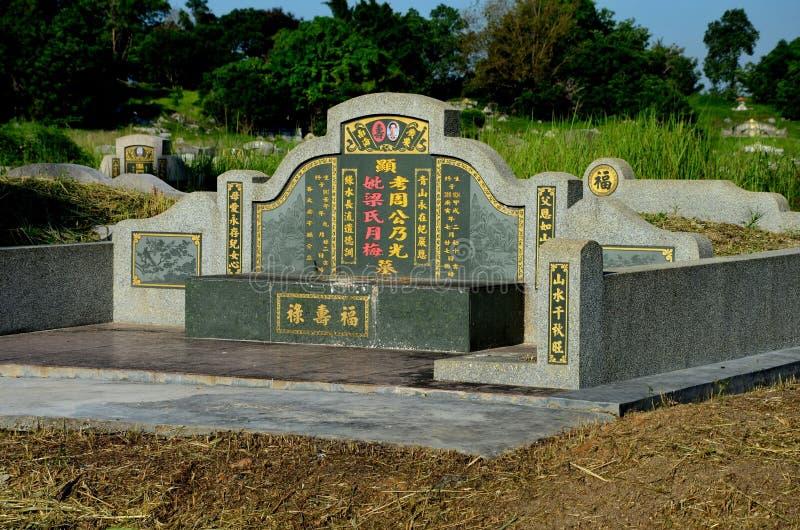 Stor kinesisk grav och gravsten med guld- mandarinhandstil på kyrkogården Ipoh Malaysia arkivbilder