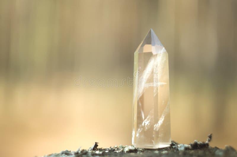 Stor klar ren genomskinlig stor kunglig kristall av briljanten för kvartschalcedonydiamant på för bokehbakgrund för natur suddigt arkivfoton