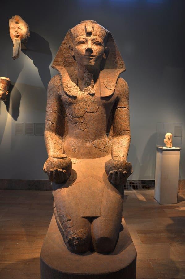 Stor knäfalla staty av Hatshepsut royaltyfri foto