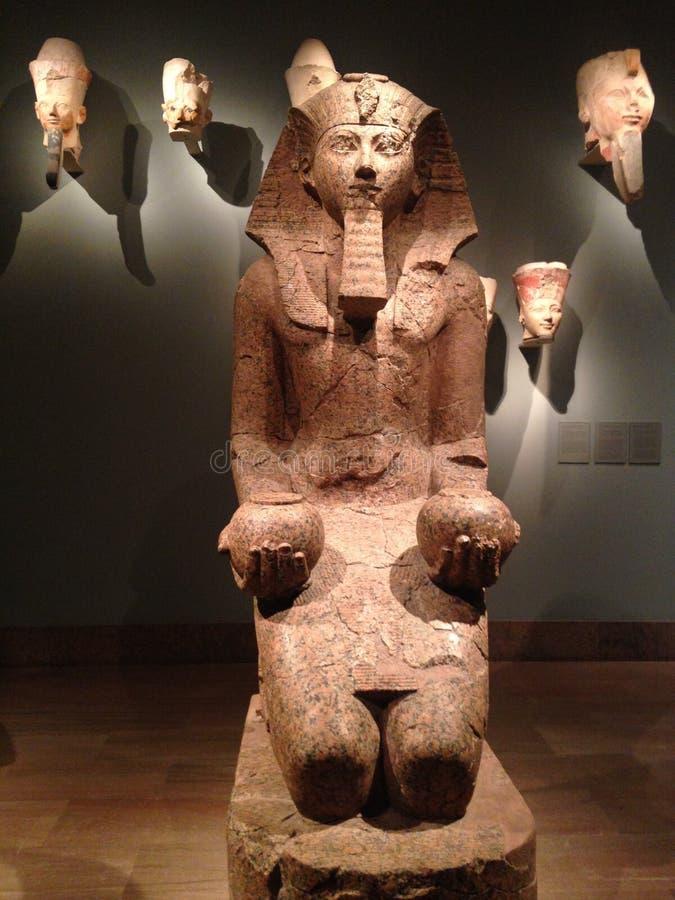 Stor knäfallastaty av Hatshepsut på den storstads- konstmuseet royaltyfria bilder