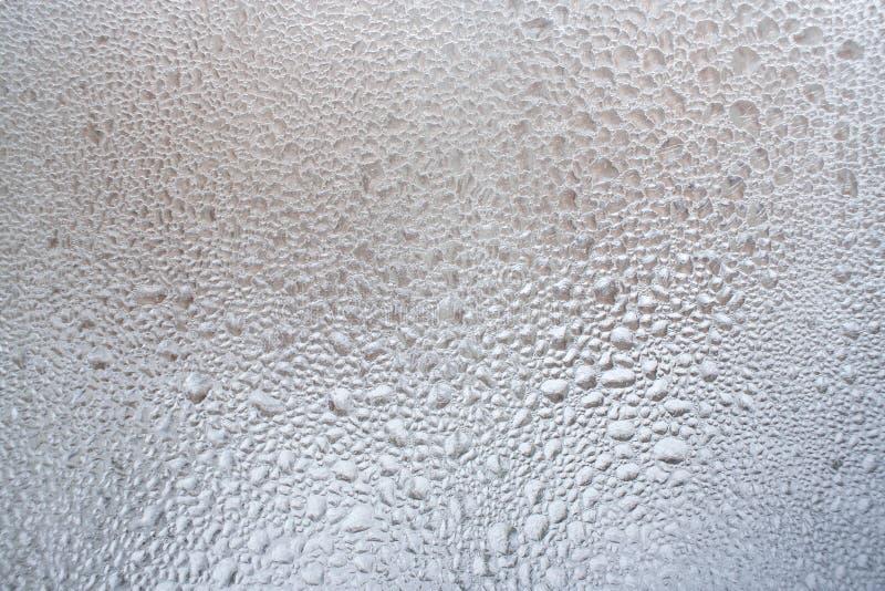 Stor koncentration av djupfrysta vattensmå droppar på vinterfönster som bakgrund royaltyfri fotografi