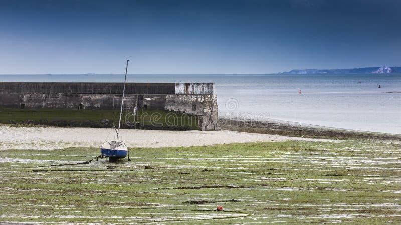 Stor konkret vågbrytare i lågvatten i StBrieuc, Brittany, Frankrike royaltyfri foto