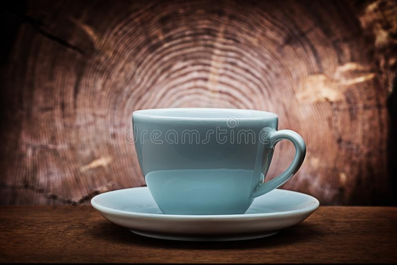Stor kopp för vitt kaffe för capuchino på tappningträbakgrund med det arga snittet av trädstammen royaltyfri fotografi