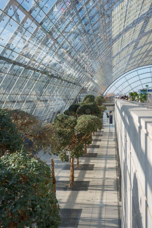 Stor korridor som göras av exponeringsglas arkivfoto