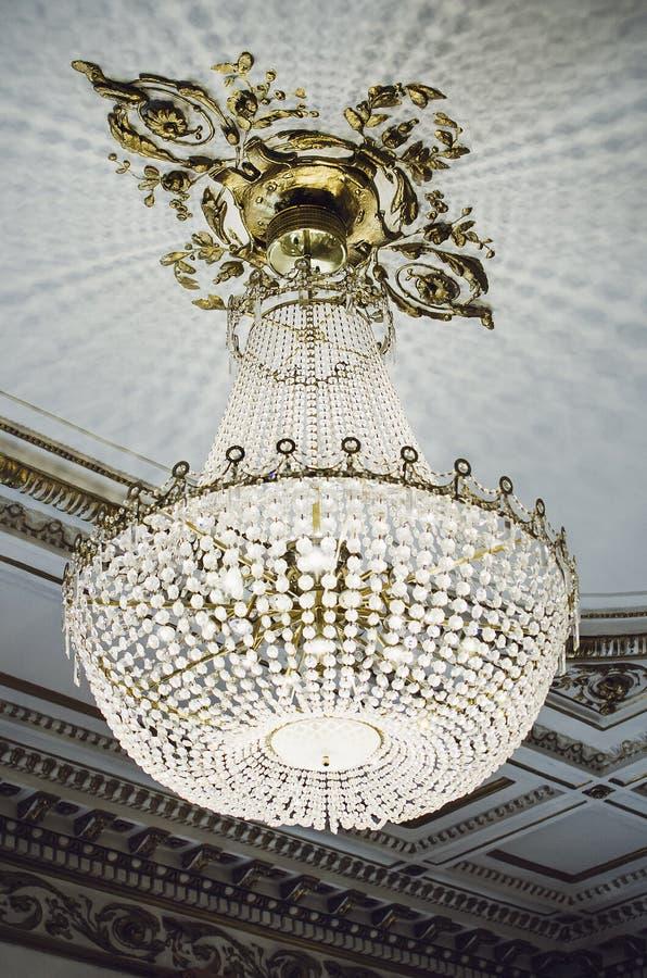 Stor kristallkrona som hänger från taket arkivfoto