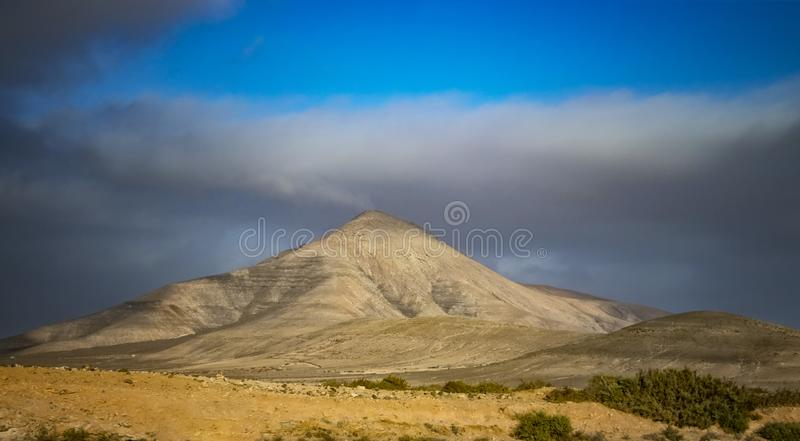 Stor kulle i öknen på ön av Fuerteventura, kanariefågelöar, Spanien arkivfoton