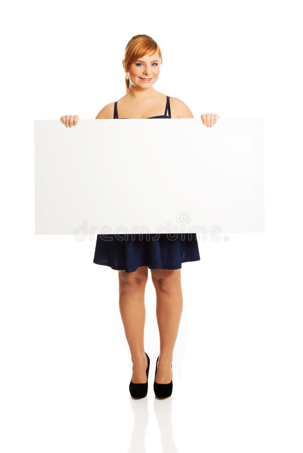 Stor kvinna som rymmer ett vitt bräde arkivfoto