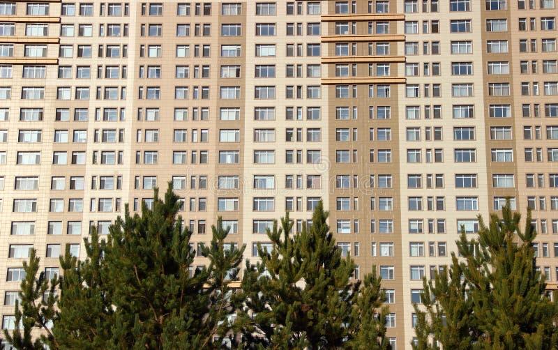 stor lägenhetskomplex arkivfoton