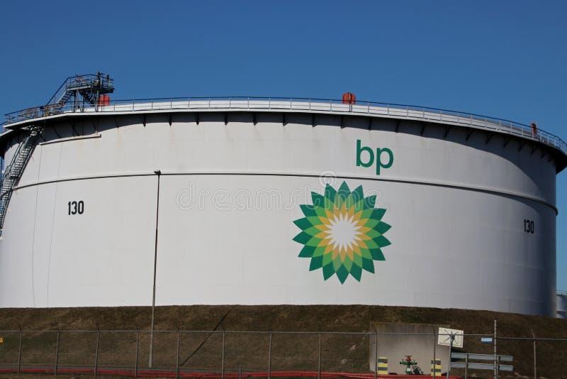 Stor lagringsbehållare på raffinaderiet av BP i Rotterdam, Nederländerna royaltyfri fotografi