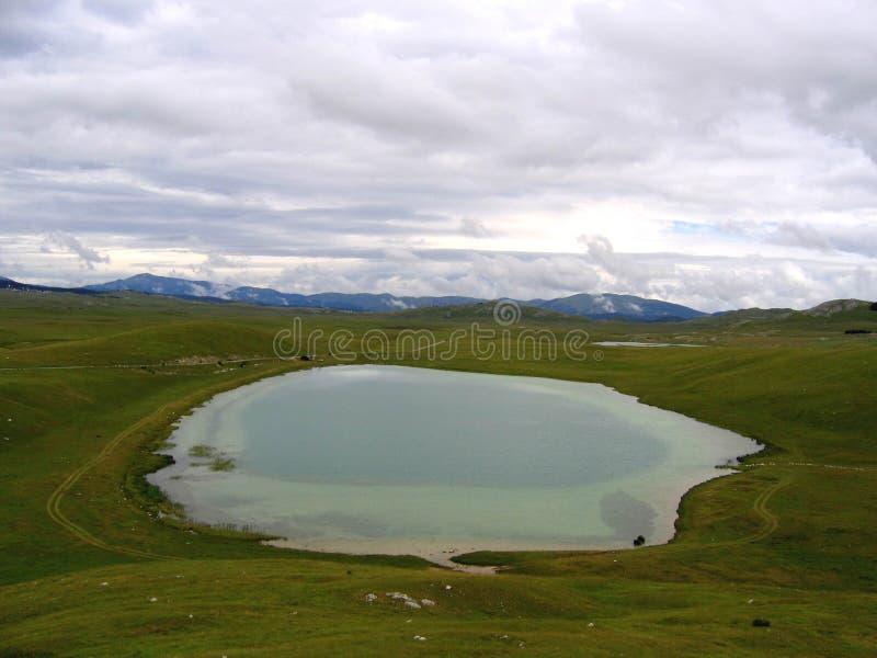 Download Stor lake arkivfoto. Bild av molnigt, skies, lake, liggande - 504500