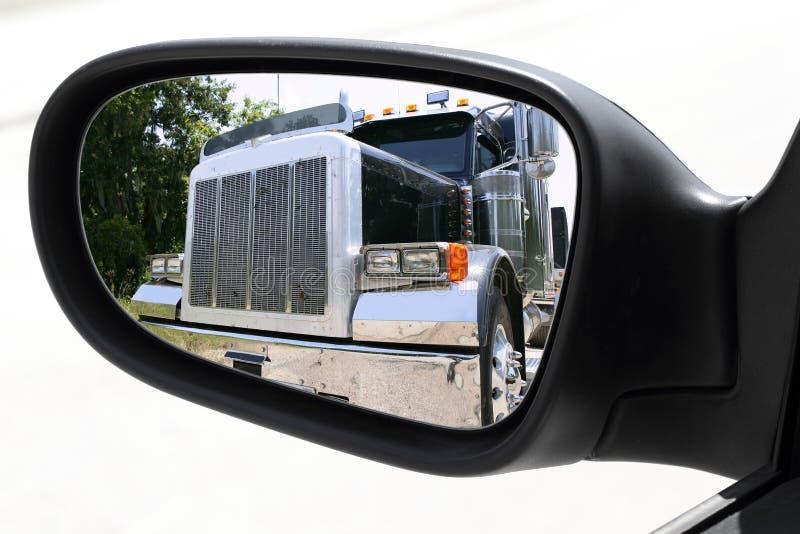 stor lastbil för rearview för omkörning för bilkörningsspegel royaltyfri fotografi