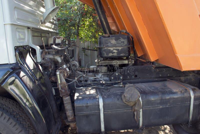 stor lastbil med en kropp Arbete av bransch broken bil Bilreparationer arkivbild