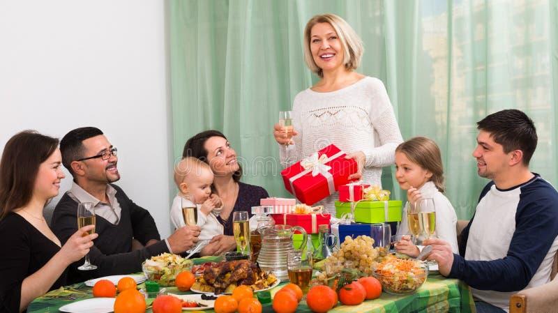 Stor lycklig beröm för familjhem royaltyfria foton