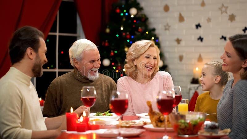 Stor lycklig familj som tillsammans firar jul och uppriktigt att skratta, traditioner royaltyfria bilder