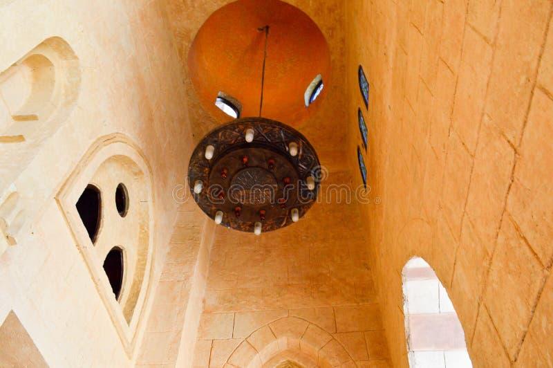 Stor lyxig brun arabisk ljuskrona med stearinljus och modeller på ett högt stentak av en forntida tempel, en muslimsk moské arkivfoton