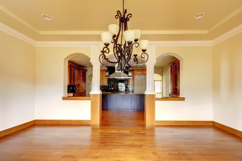 Stor lyxig matsalinre med kök och bågen. arkivfoton