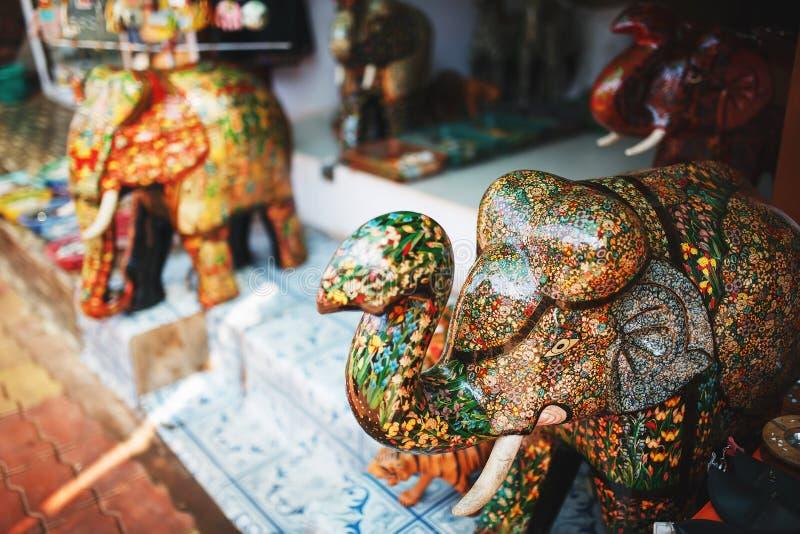 Stor m?ngf?rgad elefantsouvenirsten med en stam, i den indiska marknaden arkivfoton