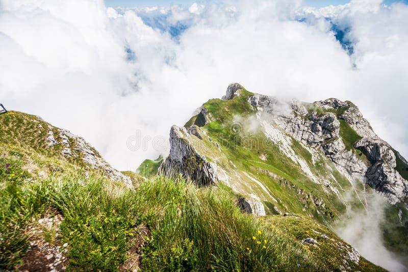Stor majestätisk drömlik landskapsikt av naturliga schweiziska fjällängar från det monteringsPilatus maximumet Hisnande sikt av S royaltyfria bilder