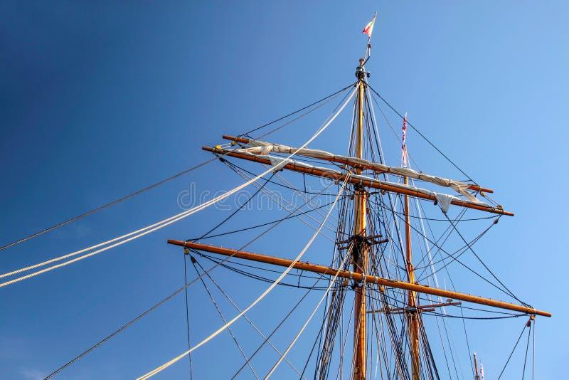 Stor mast av ett gammalt seglingskepp arkivbilder