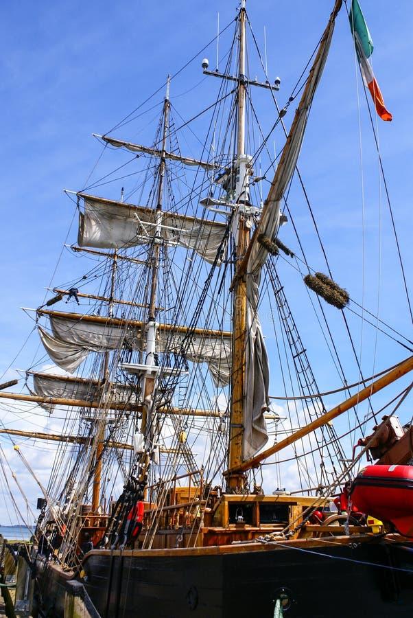 Stor mast av ett gammalt seglingskepp, Irland. arkivfoto