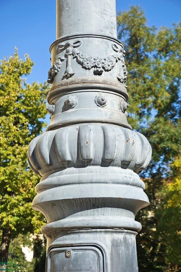 Stor metallpelare på gatan royaltyfri bild