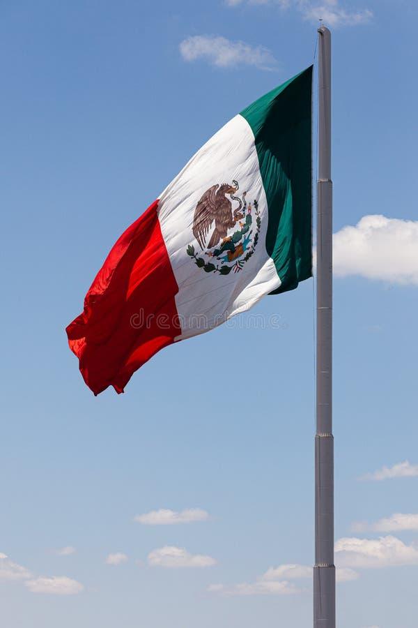 Stor mexicansk flagga som vinkar i vinden royaltyfria bilder