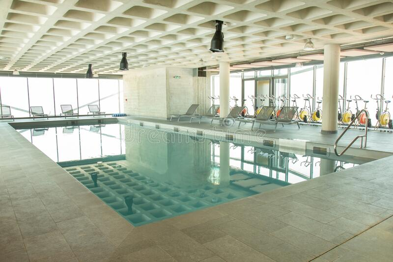 Stor modern simbassäng inomhus arkivfoto