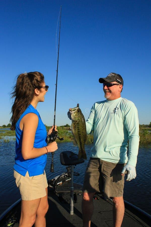 Stor mun Bass Fishing f?r man och f?r kvinna i fartyg arkivbilder