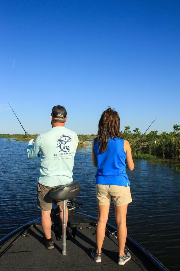 Stor mun Bass Fishing f?r man och f?r kvinna i fartyg arkivbild