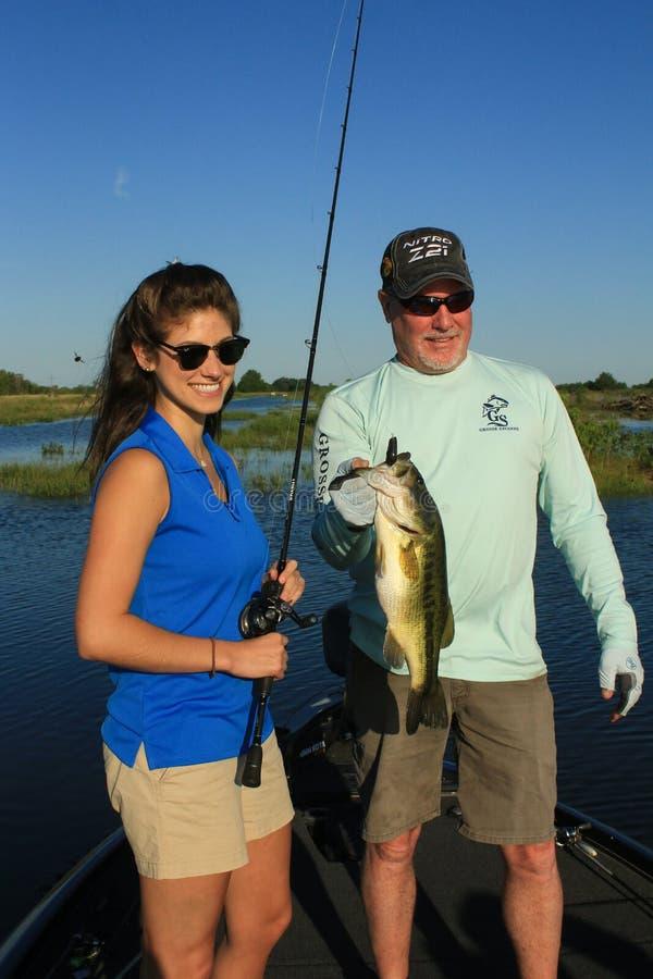 Stor mun Bass Fishing f?r man och f?r kvinna i fartyg royaltyfria bilder