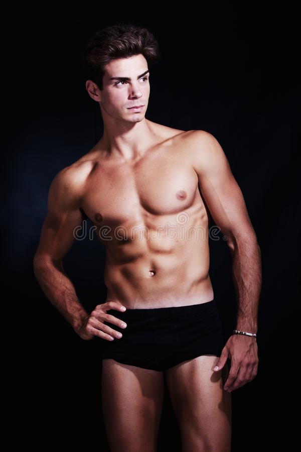 Stor muskulös modell för ung man i underkläder arkivbild