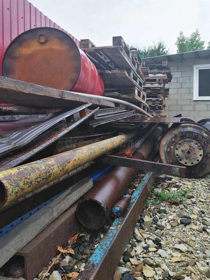 Stor nedgrävning av sopor av restmetall och annan teknologisk avfalls arkivfoton