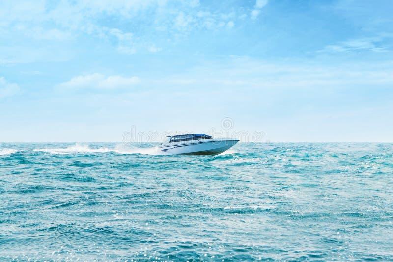 Stor och lyxig snabb motorbåtinflyttning havet royaltyfria bilder