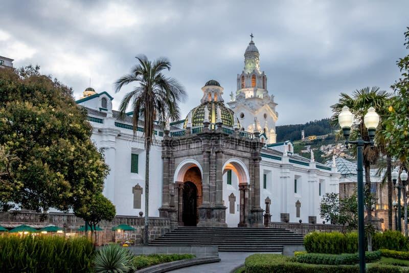 Stor och storstads- domkyrka för Plaza - Quito, Ecuador arkivbild