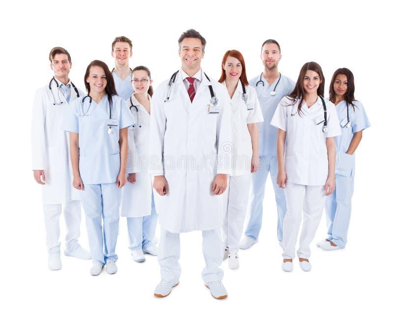 Stor olik grupp av den medicinska personalen i likformig royaltyfria bilder