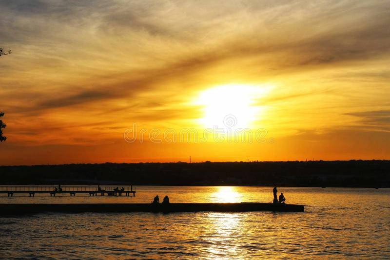 Stor orange himmel på Paranoa sjön royaltyfri bild