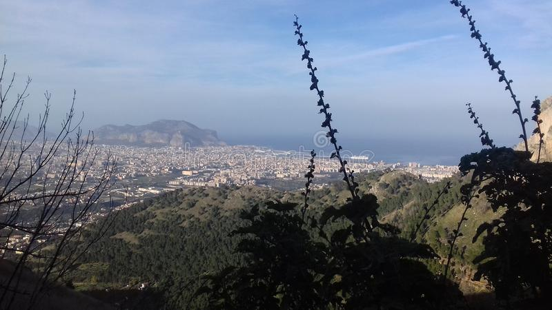 Stor panorama av Sicilien från ett berg royaltyfria bilder