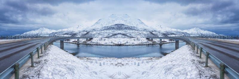 Stor panorama med två symmetriska vägar mellan öar i vintern, sammansatt bild arkivbilder