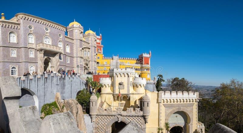 Stor panoramautsikt av den portugisiska Pena slotten (: Palacio da Pena) är en Romanticistslott i kommunen av Sintra, Portugal royaltyfri fotografi