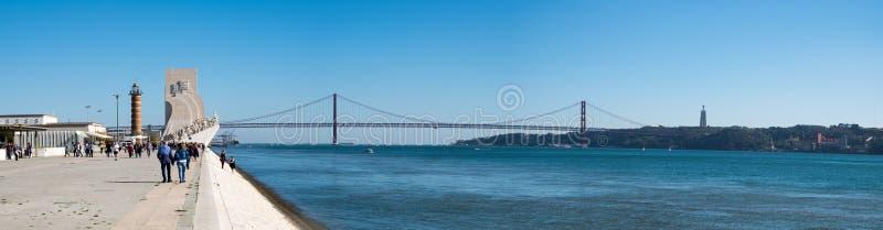 Stor panoramautsikt av Padrao DOS Descobrimentos (monumentet av upptäckterna) och Ponte 25 de Abril Bridge, (25th April fotografering för bildbyråer
