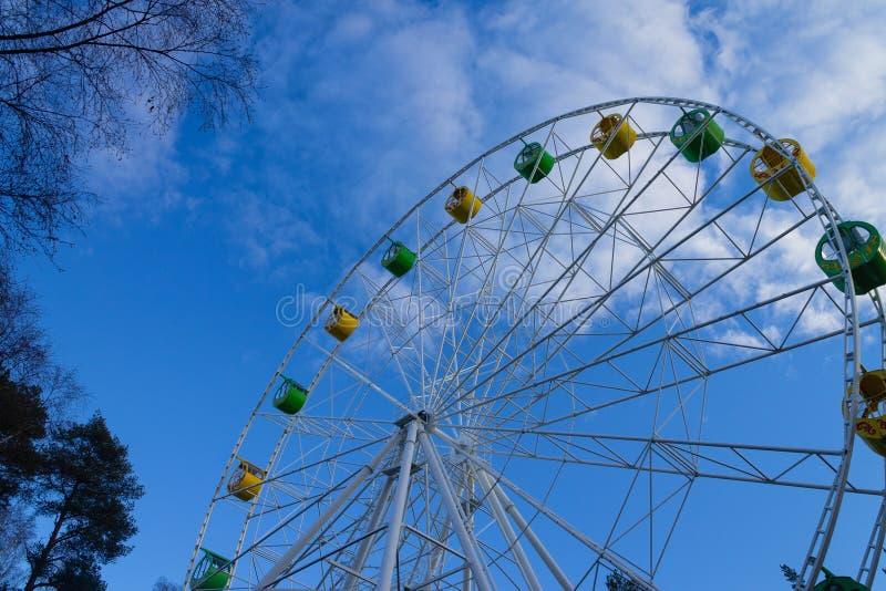 Stor pariserhjul mot blå himmel med moln royaltyfri foto