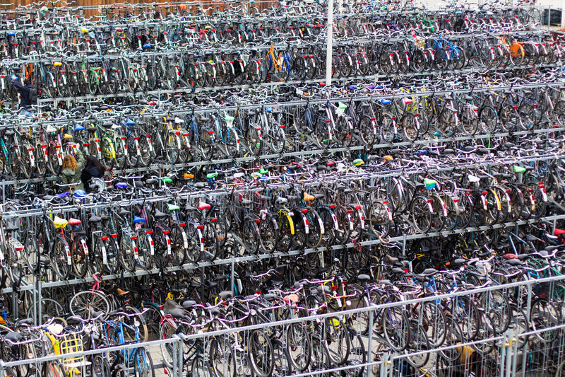 Stor parkeringscykel i delftfajans nära drevstation Holland stad-cykel liv royaltyfri fotografi