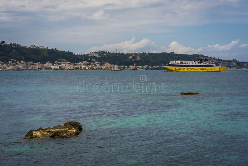 Stor passagerarefärja som att närma sig Zakynthos Por royaltyfria bilder