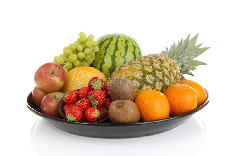 Stor platta med massor av sunda frukter royaltyfri bild