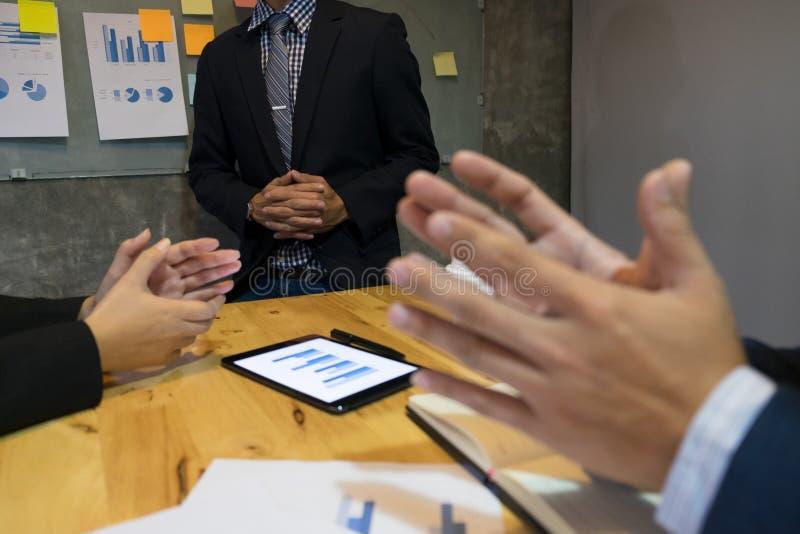 Stor presentation! Grupp av affärsfolk i smart tillfällig wea royaltyfri bild